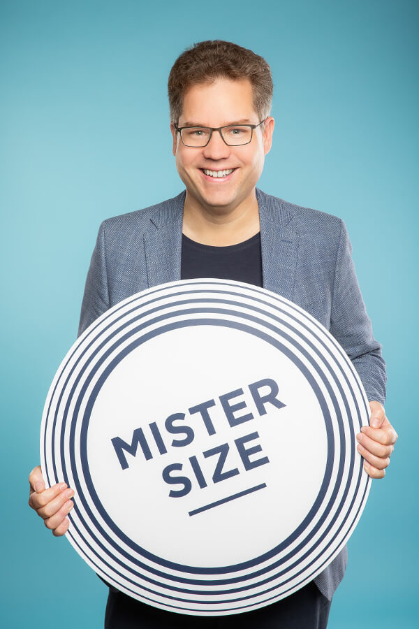 Jan Vinzenz Krause mit MISTER SIZE Logo